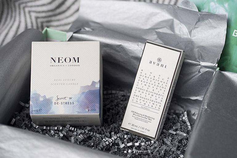 Lookfantastic Beauty Box Tuotetiedot Oletko ikinä miettinyt, miten kauneustuotteet ovat kukin niin tehokkaita ja että miten ne oikeastaan ovat valmistettu? Uudessa Beauty Box erikoisjulkaisussamme löydät kauneustuotteita, jotka ovat suorastaan tieteellisiä ihmetuotteita! Boxi on tilattavissa vain Eurooppaan ja se sisältää 5 täysikokoista tuotetta sekä 2 erikoisnäytettä. Arvoltaan tämä ihmepakkaus on jopa hulppeat 240€, mutta se on tilaushinnaltaan vain 70€! Mitä siis menettäisit? Pääset tutustumaan myös etukäteen tuotteisiin ja tarkempiin tuotekuvauksiin sivuillamme. Alla myös lyhyt lista: Sisältö: Avant PH Balancing & Brightening Rose Infusion Day Mist Neom Real Luxury Fragrance -kynttilä Christophe Robin Hydrating Melting kasvonaamio sisältäen Aloe Veraa Medik8 Hydr8 B5 Magicstripes Magnetic Youth Mask Molton Brown suihkugeeli JA Body Lotion Vetiver & Grapefruit Ja tottakai olemme myös huomioineet lojaalit asiakkaamme - jos olet Beauty Box -kuukausitilaaja, säästät julkaisusta 10€. Koodisi on lähetetty sinulle emailitse ja saat alennuksen hyödynnettyä emailin kautta tilaamalla. Jos et ole vielä kuukausitilaaja, ei hätää! Jos tilaat kuukausitilauksen ohella tämän Science of Beauty Boxin, saat silloin 10€ alennuksen myös käyttöösi koodilla: SCIENCEBB Tuotetiedot The Science of Beauty Limited Edition Beauty Box
